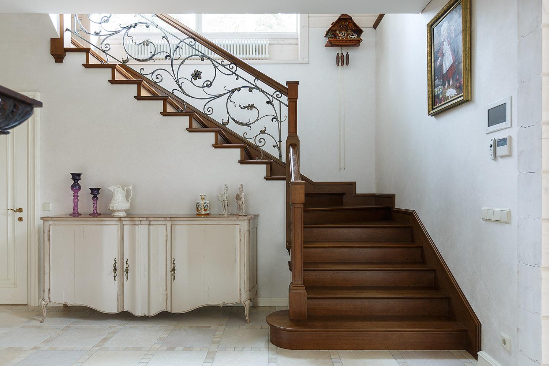 Лестницы и перила из дерева: преимущества, недостатки, виды.